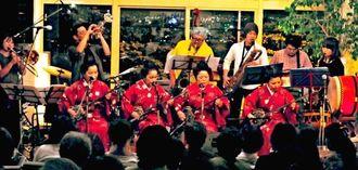 早弾きの「ゴールマー」をセッションするフォーシスターズと勢理客オーケストラ=宜野湾市・カフェユニゾン