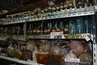 天井までびっしりと埋め尽くされている沖縄戦の遺品の数々