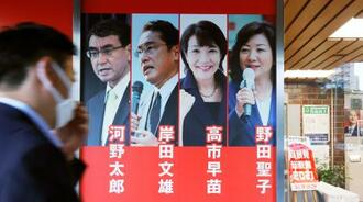 自民党本部の玄関に掲示された総裁選ポスター=28日午後、東京・永田町