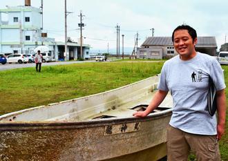 「最後に見たのは8~9年前かな」。古宇利島沖で発見された東日本大震災の被災船「龍神丸」と対面する大石龍也さん=3日、今帰仁村運天