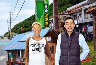 リヤカーで旅をする佐藤晴志さん(左)と軽自動車で県内を回る庄司功さん=20日、大宜味村・道の駅おおぎみ