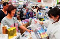 「龍角散が1日500品売れる日も」 沖縄のドラッグストア密集地帯 ポスト爆買いに対応