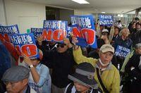 仲井真知事に説明要求 平和団体など県庁に100人