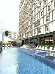 那覇市国際通りでは珍しい屋外プールを併設した「ホテルコレクティブ」の外観=16日、那覇市