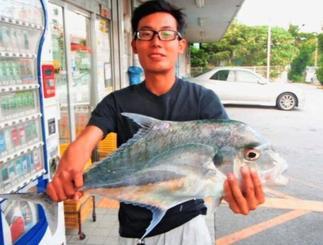 安謝港で71センチ、3.01キロのウマズラアジを釣った平安山晃弘さん=10月25日