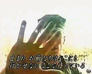 笠間博之カメラマンの前に立ち、テープの提出を求める米兵=2004年8月13日、宜野湾市の沖縄国際大学(琉球朝日放送提供)