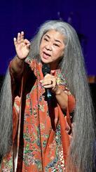 ソロで民謡を歌う古謝美佐子さん(国吉聡志撮影)