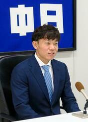 契約更改交渉を終え、記者会見する中日・大島=28日、ナゴヤ球場