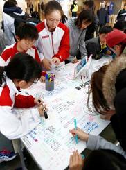 競泳コナミオープンの会場で、池江璃花子選手を励ますメッセージを書く子どもたち=17日、千葉県国際総合水泳場