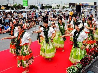 大勢の観客の前でフラを踊る地元サークルのメンバーら=11日、宮古島市平良のマックスバリュ宮古南店