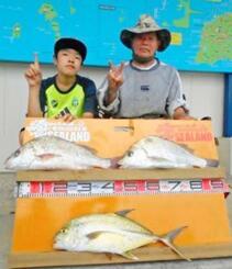 泡瀬漁港で52センチ1・98キロと50センチ1・96キロのガクガクを釣った大城盛助さん(右)=15日