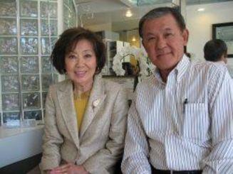 2012年、ビバリーヒルズの「カブキビューティーサロン」で、前北米県人会長の当銘氏と一緒のキム一美さん(左)