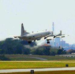嘉手納基地を離着陸したり、エンジンを調整したりする米軍機からの排ガスに対する周辺住民の不安は大きい=2014年3月