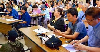 沖縄戦遺族のDNA鑑定集団申請の参加者募集の集会会場に詰めかけた遺族らや報道陣=22日、浦添市社会福祉協議会