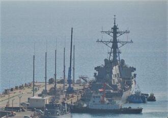 停泊するイージス駆逐艦「ジョン・S・マケイン」(奥)=24日午後3時半ごろ、うるま市のホワイトビーチ