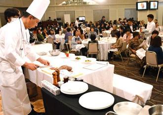 完成したローストビーフを盛り付ける山城斉総料理長=26日、ロワジールホテル那覇