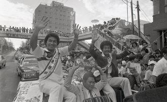 WBA世界ジュニアフライ級・具志堅用高、同ライト級・上原康恒の両王者が那覇市内を凱旋パレードした=1980年8月9日、国際通り(元の白黒写真)