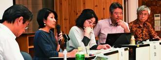 国連に提出した報告書について説明する研究会メンバー=21日、那覇市・沖縄大