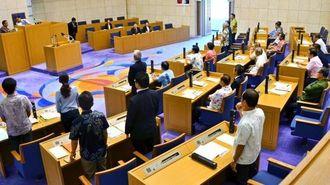 不信任決議案について採決する市議ら=25日午前10時20分ごろ、浦添市議会