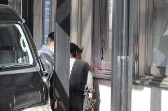 窓ガラスが割られた現場を確認する捜査員ら=22日午前9時46分ごろ、那覇市前島・自衛隊沖縄地方協力本部
