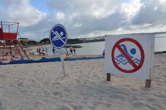 付近でサメが目撃され遊泳禁止となったサンセットビーチ=7日午後4時半、北谷町美浜