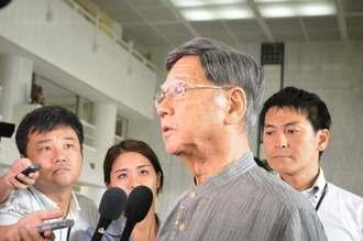 オスプレイ墜落について、記者団に対し「起こるべくして起きた事故」と非難する翁長雄志知事=7日午前9時すぎ、県庁