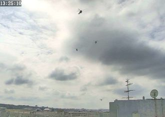 沖縄防衛局が沖縄県宜野湾市の市立普天間第二小の屋上に設置したカメラから撮影した米軍ヘリコプターの画像=日午後(防衛省提供)