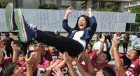 サクラ咲く! 琉球大学で前期合格発表 県内738人、県外477人