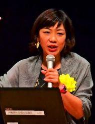 短歌を紹介しながら、介護を楽しむこつを伝授した小谷あゆみさん=宜野湾市民会館