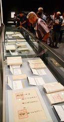 久米村の歴史と文化に関する資料が並ぶ「久米村」展=12日、県立博物館・美術館