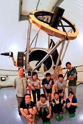 仮符号が与えられた新天体を観測した美ら研の「むりかぶし班」のメンバーら(石垣島天文台提供)