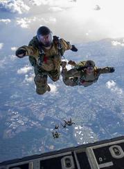 MC130特殊作戦支援機から嘉手納基地に向かって降下する兵士ら(米空軍ホームページより)