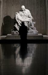 ローマ教皇の訪日を前に東京カテドラル聖マリア大聖堂で祈る女性=22日、東京都文京区