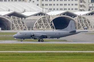 嘉手納基地に飛来したニュージーランド空軍のP-3K2哨戒機=28日午後4時8分、嘉手納基地(読者提供)