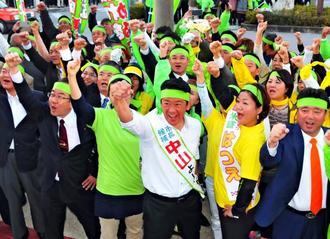 ガンバロー三唱で気勢を上げる中山義隆さん(手前中央)と支持者=10日午後、石垣市美崎町