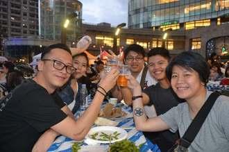 オリオンビールで乾杯する来場者=15日、台北市