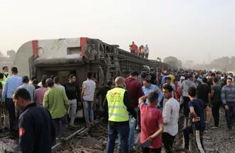 カイロ近郊の列車脱線事故の現場=18日(ロイター=共同)