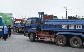 砕石を積んで米軍キャンプ・シュワブに入るトラック=20日、名護市辺野古