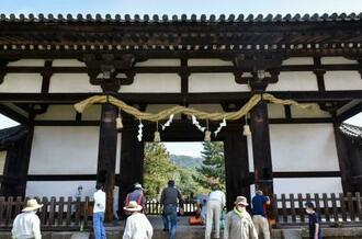 大しめ縄が掛け替えられた東大寺の転害門=23日正午、奈良市