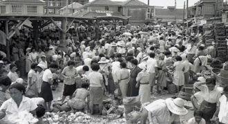 多くの客、売り手でにぎわう農連市場=1962年5月22日、那覇市樋川