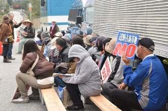 米軍キャンプ・シュワブゲート前で座り込みを続ける市民ら=4日午前7時55分、名護市辺野古