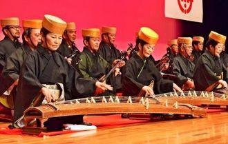 尚円王生誕600年を祝い、かぎやで風を演奏する伊是名郷友芸能協会のメンバー=日、伊是名村産業支援センターホール