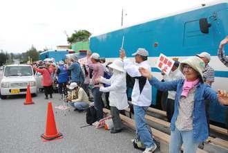 歌やカチャーシーを踊りながら、抗議を続ける市民ら=20日午前、名護市辺野古の米軍キャンプ・シュワブゲート前