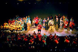 公演のフィナーレは出演者全員で圧巻のパフォーマンスを披露した=サンパウロ市・文協大講堂