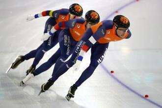 スピードスケートW杯団体追い抜きの男子で優勝したオランダチーム=22日、ヘーレンフェイン(ゲッティ=共同)