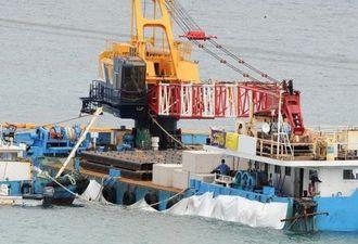 コンクリートブロックを積載した大型作業船=25日午後2時すぎ、名護市・大浦湾