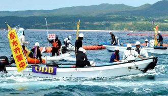 フロートを設置する作業船にゴムボートで抗議する市民=12日午後0時43分、名護市辺野古崎付近