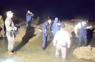 オスプレイ墜落現場付近で捜索にあたる米兵や県警=14日午前3時10分、名護市安部の海岸