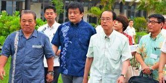 視察する安慶田副知事(左)、森岡本部長(左から3人目)、和泉首相補佐官(同4人目)=30日、本部町・国営海洋博公園