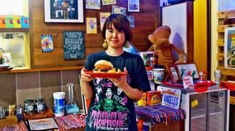「多くの方に味わってほしい」と話すオーナーの伊勢涼子さん=8日、うるま市田場の「VERY BERRY CAFE」